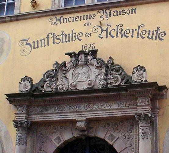 deutsche und französische Aufschrift auf einem Haus im Elsass